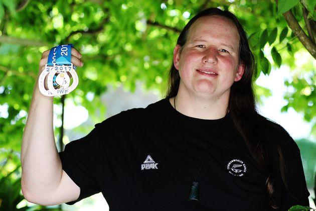 ニュージーランド・オークランドでメダルを掲げるハバード選手(2017年12月8日)