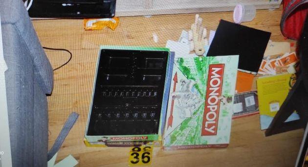 Tο κουτί του επιτραπέζιου που «έκρυβε» τα χρήματα ο 33χρονος