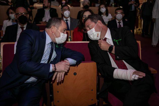 El presidente de Castilla La-Mancha, Emiliano García-Page, llevó el brazo vendado a un acto tras sufrir...