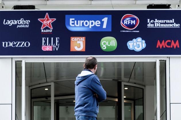 (Photo d'illustration) Un homme devant les bureaux d'Europe 1, le 29 novembre