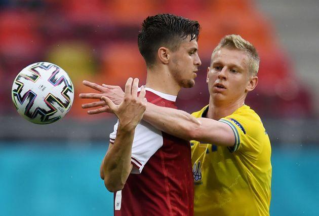 Zinchenko (d) trata de quitarle el balón al goleador