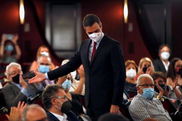 El presidente del Gobierno, Pedro Sánchez, a su salida del Teatre del Liceu de