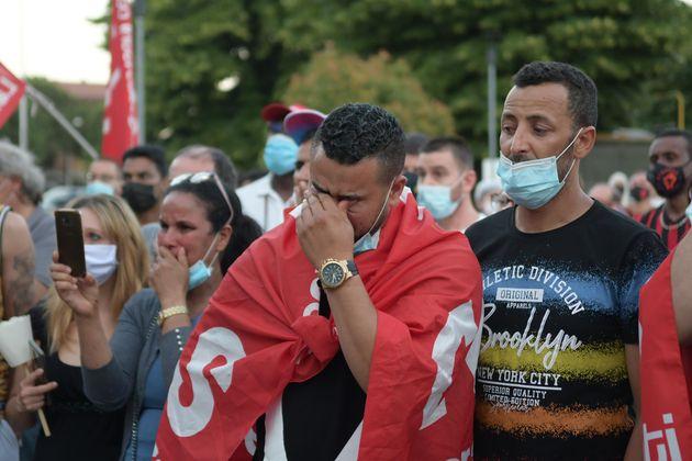 Il dolore dei colleghi durante la commemorazione di Adil Belakhdim sindacalista ucciso da un tir a Biandrate...