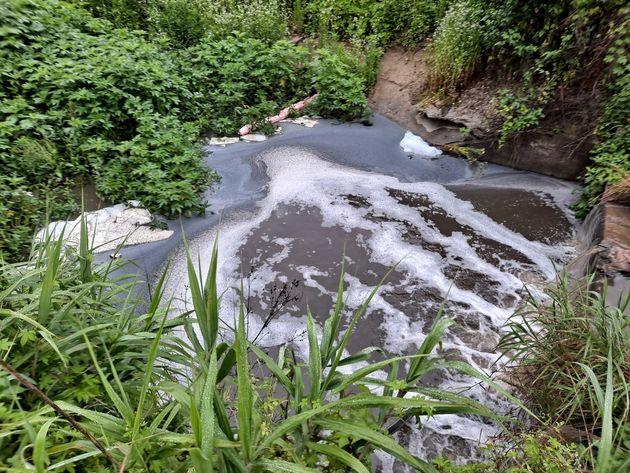 쿠팡 덕평물류센터 화재 진화에 사용된 오염수가 인근 하천으로 흘러들고 있는
