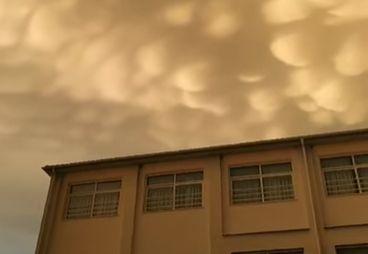 Σπάνιο φαινόμενο στη Λάρισα: Σύννεφα mammatus κάλυψαν τον