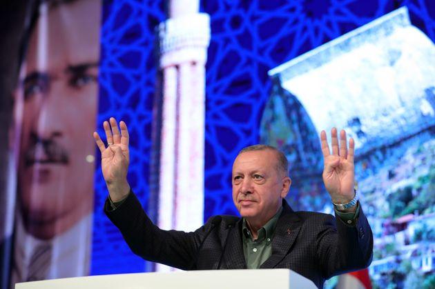 19 Ιουνίου 2021 - Ο Ερντογάν κάνοντας τον χαιρετισμό των Αδελφών Μουσουλμάνων.