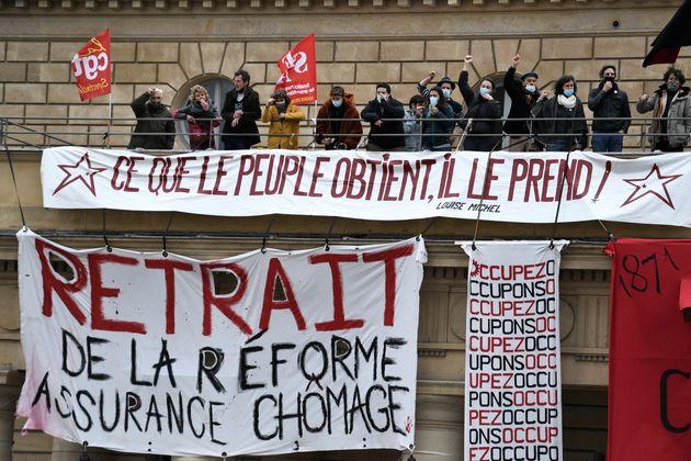 (Photo d'illustration: Manifestation contre la réforme de l'assurance chômage en mars 2021 par STEPHANE DE SAKUTIN / AFP)