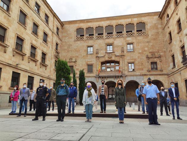 La subdelegada del Gobierno en Salamanca, Encarnación Pérez (centro), en el minuto de silencio en Salamanca...
