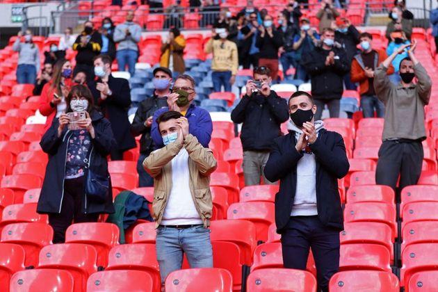 Espectadores con sus mascarillas en