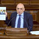 Un diputado del PSOE responde así al PP: saca un papel, provoca murmullos y acaba en