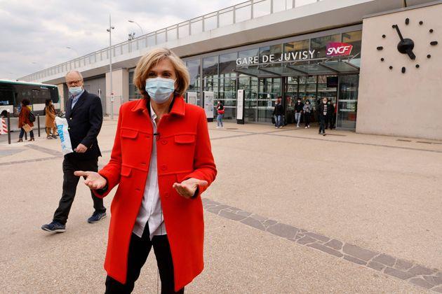 Valérie Pécresse, ici en campagne dans l'Essonne avant le premier tour, dénonce...