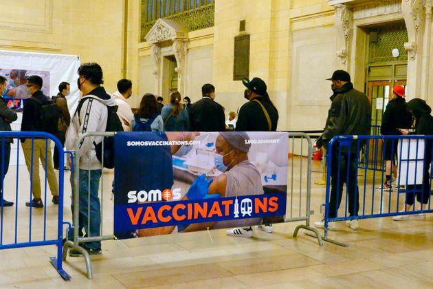 ニューヨーク、グランドセントラルで無料ワクチンに並ぶ人々=2021年05月13日