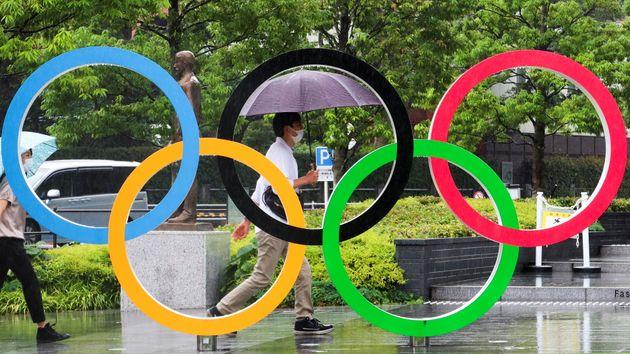 (Photo d'illustration d'un homme devant les bâtiments du comité olympique japonais le 19 juin