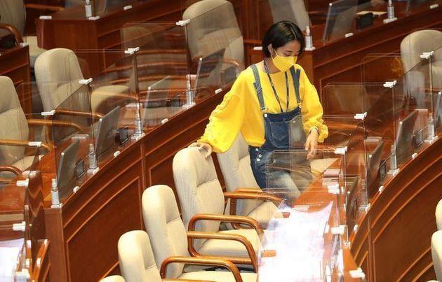 6월 23일 노란색 티셔츠에 멜빵 청바지를 입고 서울 여의도 국회 본회의장에서 열린 경제분야 대정부질문에 참석한 정의당 류호정