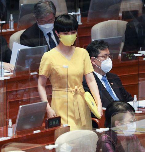 류호정 정의당 의원이 지난해 9월 17일 오후 서울 여의도 국회 본회의장을 나서고 있다.류 의원은 그동안 국회의 권위주의적 문화에 반기를 드는 차원에서, 본인이 발의한 법안...