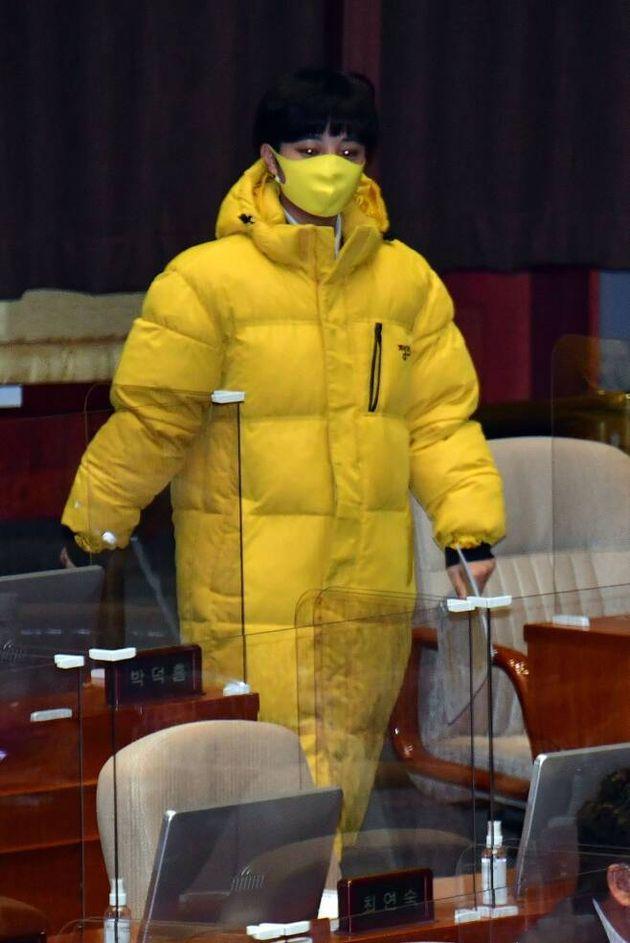 류호정 정의당 의원이 지난해 12월 9일 오후 서울 여의도 국회에서 열린 본회의에 참석하고 있다.류 의원은 그동안 국회의 권위주의적 문화에 반기를 드는 차원에서, 본인이...