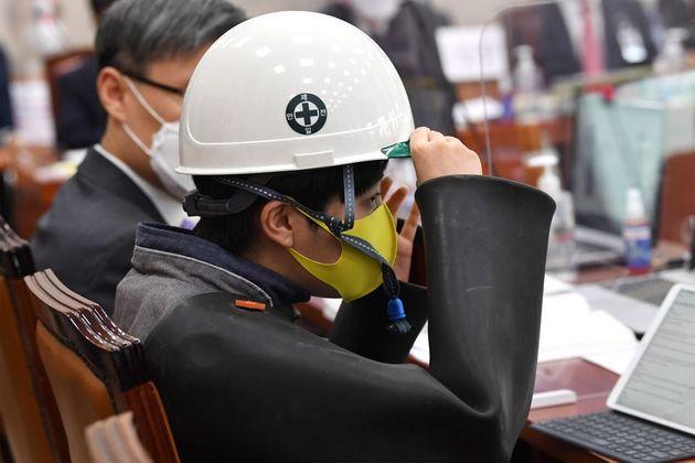 류호정 정의당 의원이 지난해 10월 15일 서울 여의도 국회에서 열린 산업통상자원중소벤처기업위원회의의 국정감사에서 배선 노동자의 작업복을 입고 질의를 하고