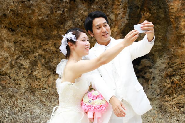 Happy full of wedding photos taken along the beach in Japan Okinawa