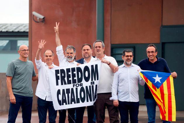Los presos del procés han abandonado la cárcel pasadas las 12.00 horas de este miércoles...