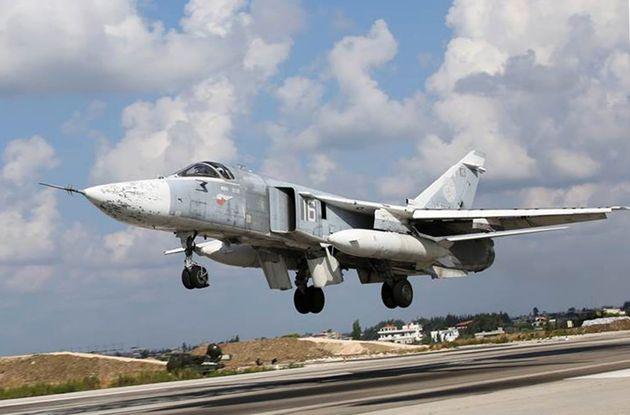 Un caza ruso modelo Su-24M, como el que supuestamente ha lanzado las bombas de advertencia, en una foto...