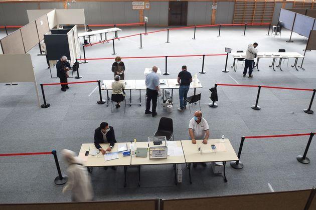 Les électeurs déposent leurs bulletins de vote à Saint-Rémy-Sur-Avre, dans le nord-ouest de la France,...