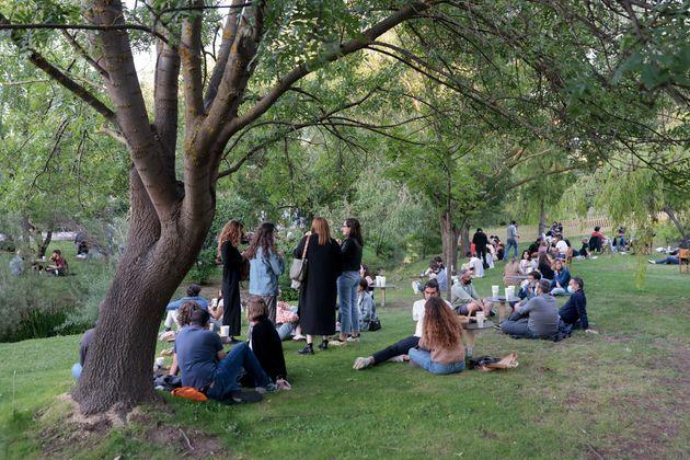 Varios grupos de personas en el festival madrileño 'Las noches del