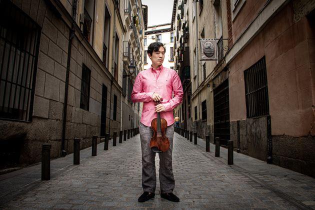 Encerrado por ser gay: la historia de resiliencia del violinista prodigio Aaron