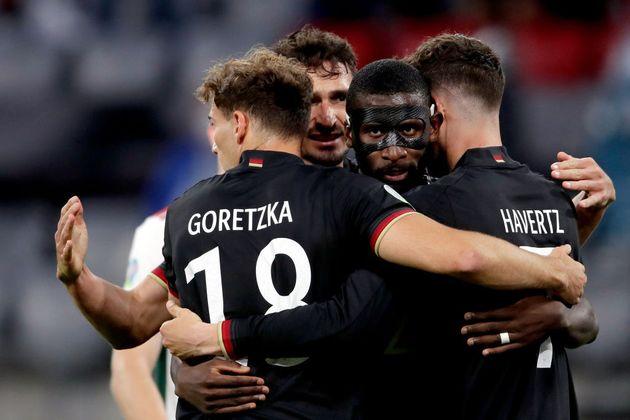 Kai Havertz celebra el empate con otros jugadores