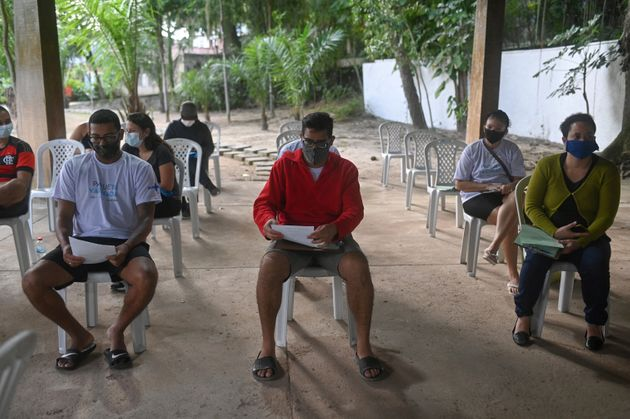 Des Brésiliens attendant de se faire vacciner le Covid-19 à Rio de Janeiro, au Brésil,...