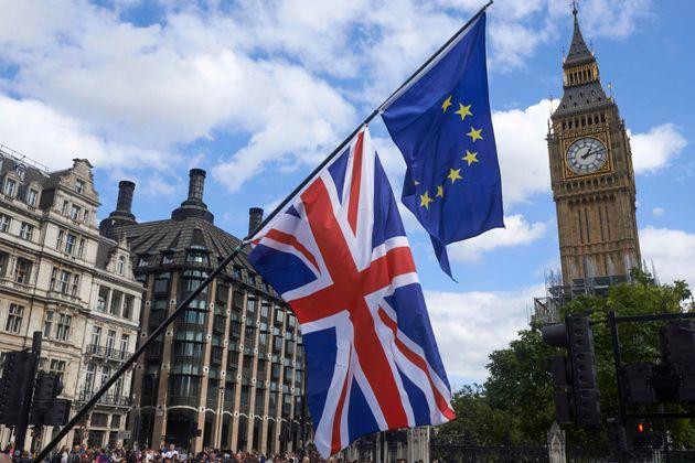 Las banderas británica y europea ondean cerca del Big Ben en