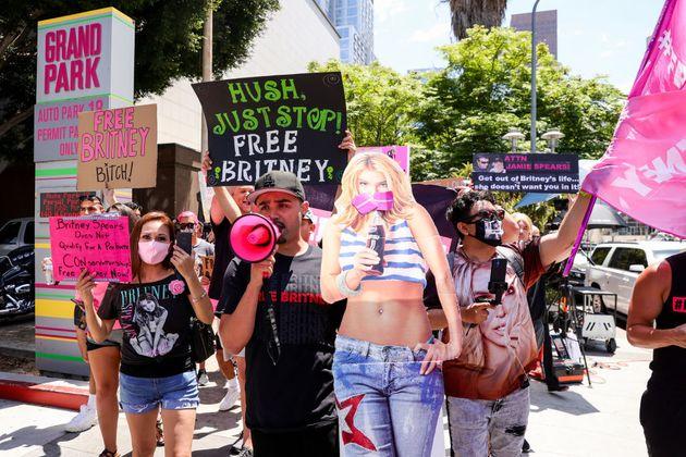 6월 23일 브리트니스 스피어스에게 자유를 달라는 운동을 벌이고 있는 '프리 브리트니(#FreeBritney)' 운동가들이 캘리포니아 주 로스엔젤레스에서 열린 브리트니 스피어스에 대한...