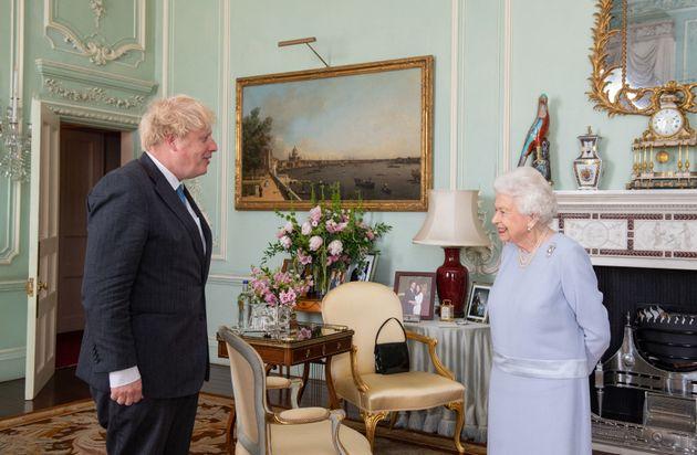 La reine d'Angleterre Elizabeth II et le Premier ministre Boris Johnson au palais de Buckingham le 23...