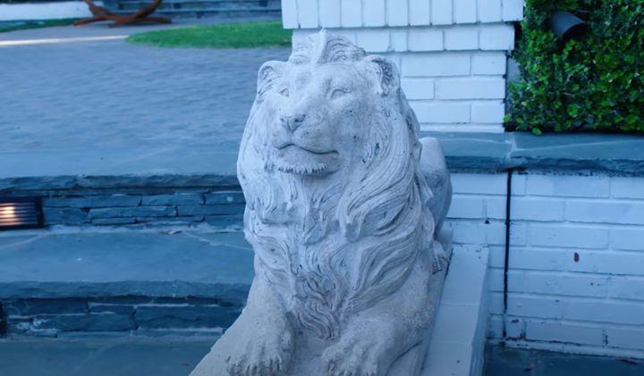 Uno de los leones qu coronan la piscina.
