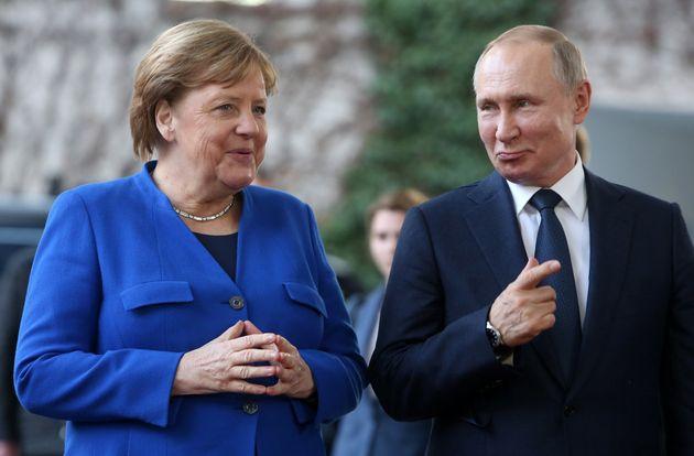 La mano tesa di Merkel a Putin spaventa l'est