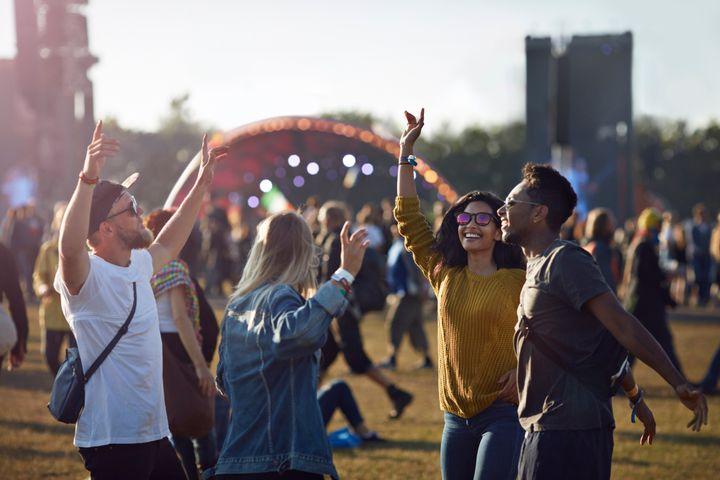 Grupo de amigos en un festival.