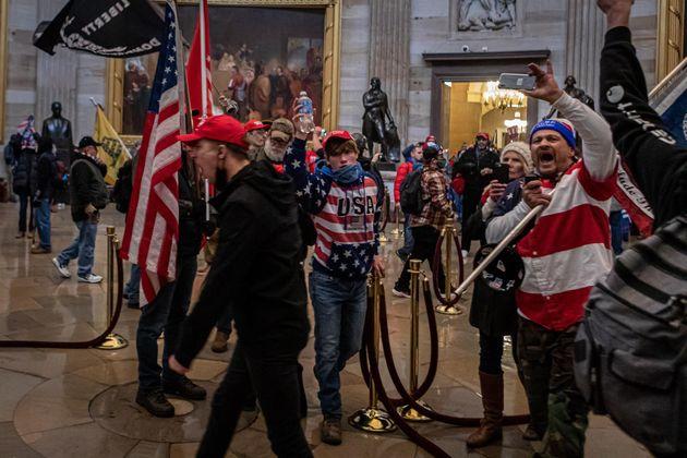 Partidarios de Donald Trump durante al asalto al Capitolio el pasado 6 de