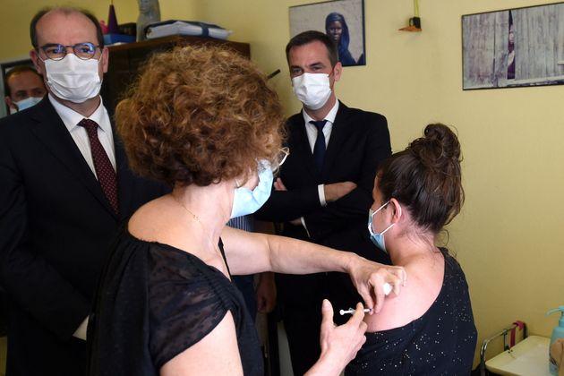 Jean Castex et Olivier Véran en visite dans un centre de vaccination à Mont-de-Marsan,...