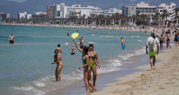 Bañistas disfrutando de un día de playa en