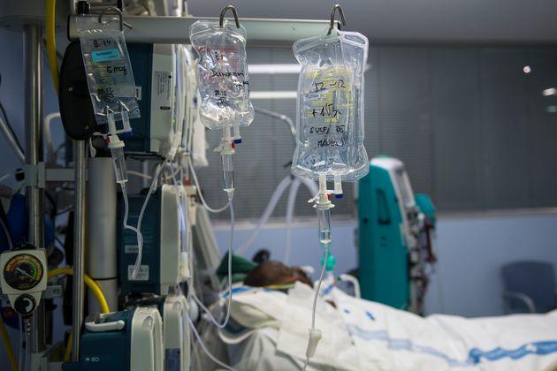 Un paciente en una UCI de Girona