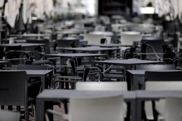 Una terraza vacía en Madrid, en una foto de