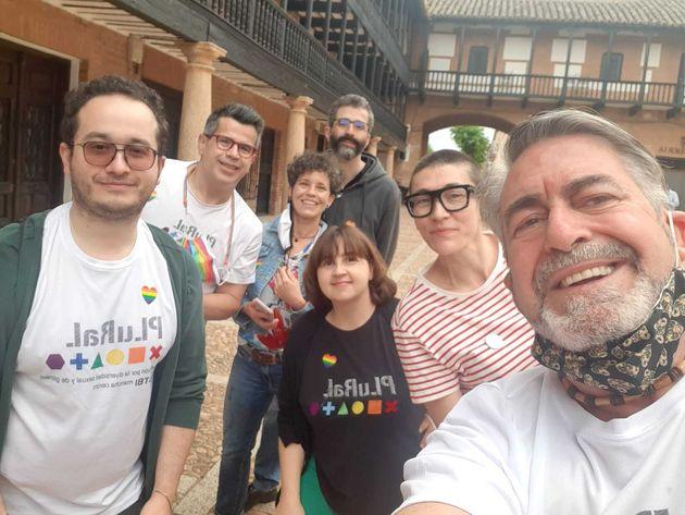 Varios miembros de la Asociación Plural LGTB Mancha Centro, celebrando el Orgullo en San Carlos...