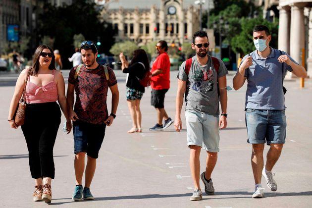 Varias personas pasean por Valencia en el primer día sin la obligación de usar mascarilla al aire