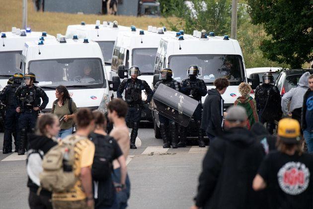 Une rave party illégale à Redon s'est terminée par des affrontements avec la police. un fêtard a eu la...