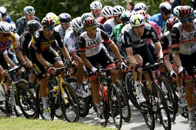 Le Tour de France va porter plainte contre la spectatrice à l'origine de la chute (photo du peloton prise...
