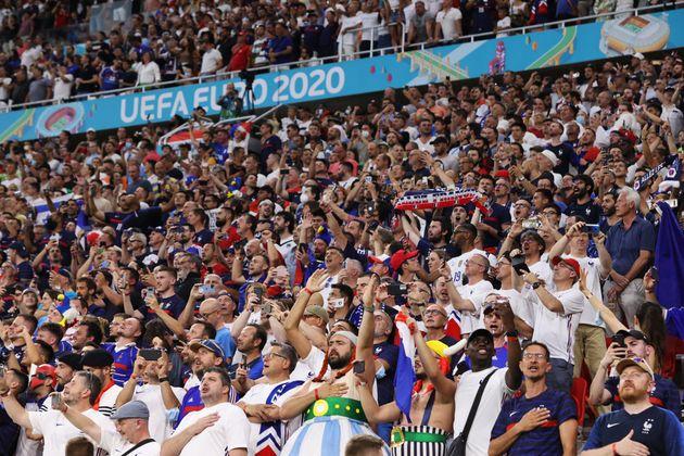 Des supporters de l'équipe de France lors de France-Portugal à l'Euro, à Budapest...