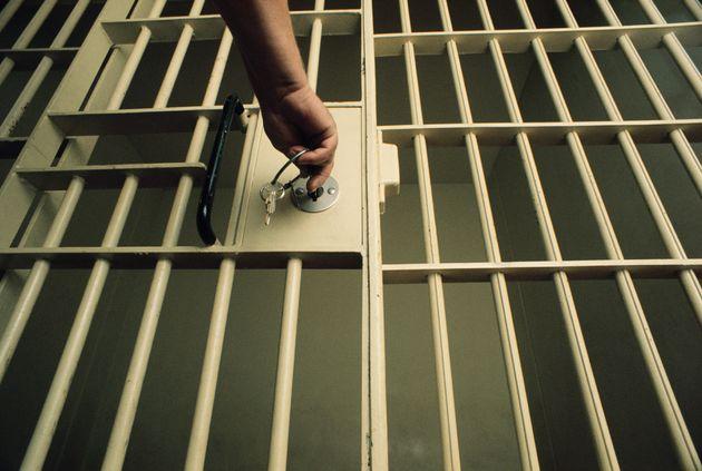 Un funcionario de prisiones cierra una