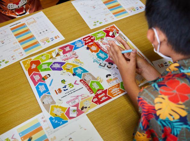 子どもたちが、楽しみながらお口と健康の大切さに気付けるゲーム「⻭ごろく」。ライオン株式会社が提供するプログラムは、体験を通じて自己肯定感を高めることができるよう設計されている。