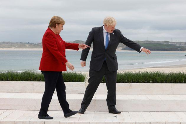 Times: Η Μέρκελ επιχειρεί να μπλοκάρει την είσοδο Βρετανών τουριστών στην