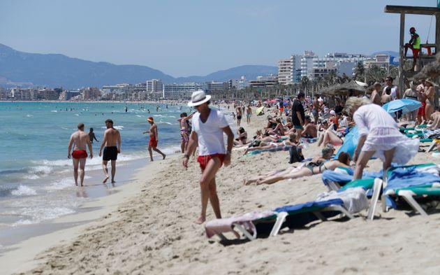 Bañistas en la plata del Arenal de Palma de Mallorca, el pasado 26 de