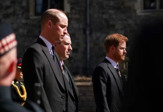Guillermo y Harry, separados por su primo Peter Philips en el cortejo fúnebre de su abuelo.